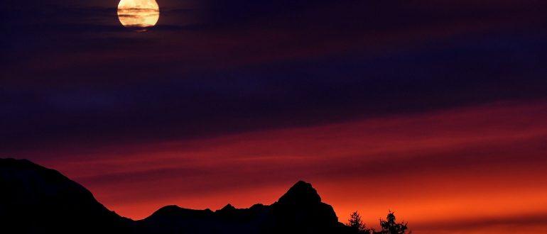 Почему светит Луна?