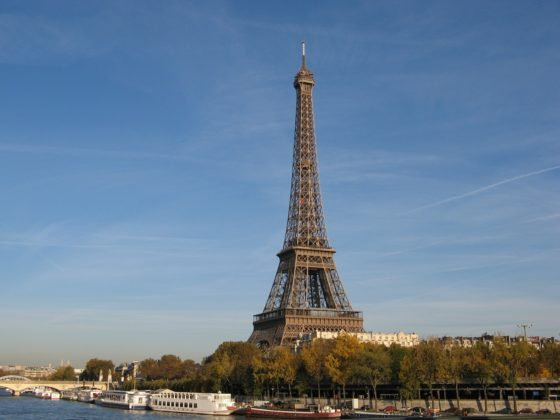 Что выше: Эйфелева башня или Статуя Свободы?