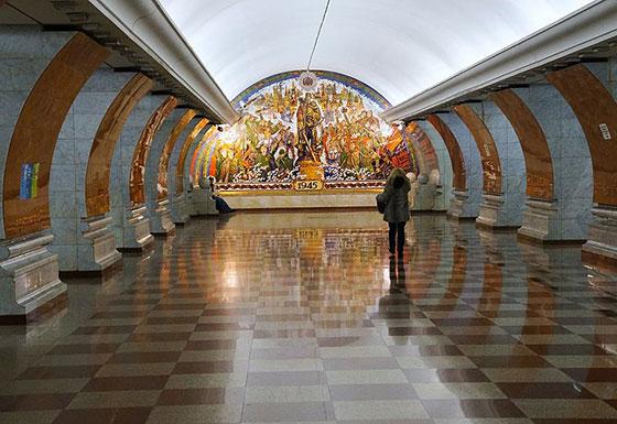 "Станция метро Москвы ""Парк победы"""
