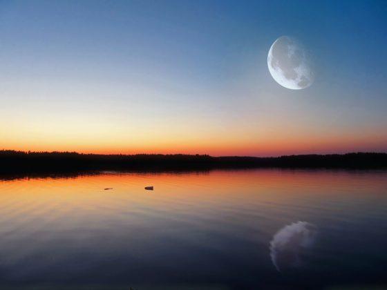 Вокруг чего вращается Луна?